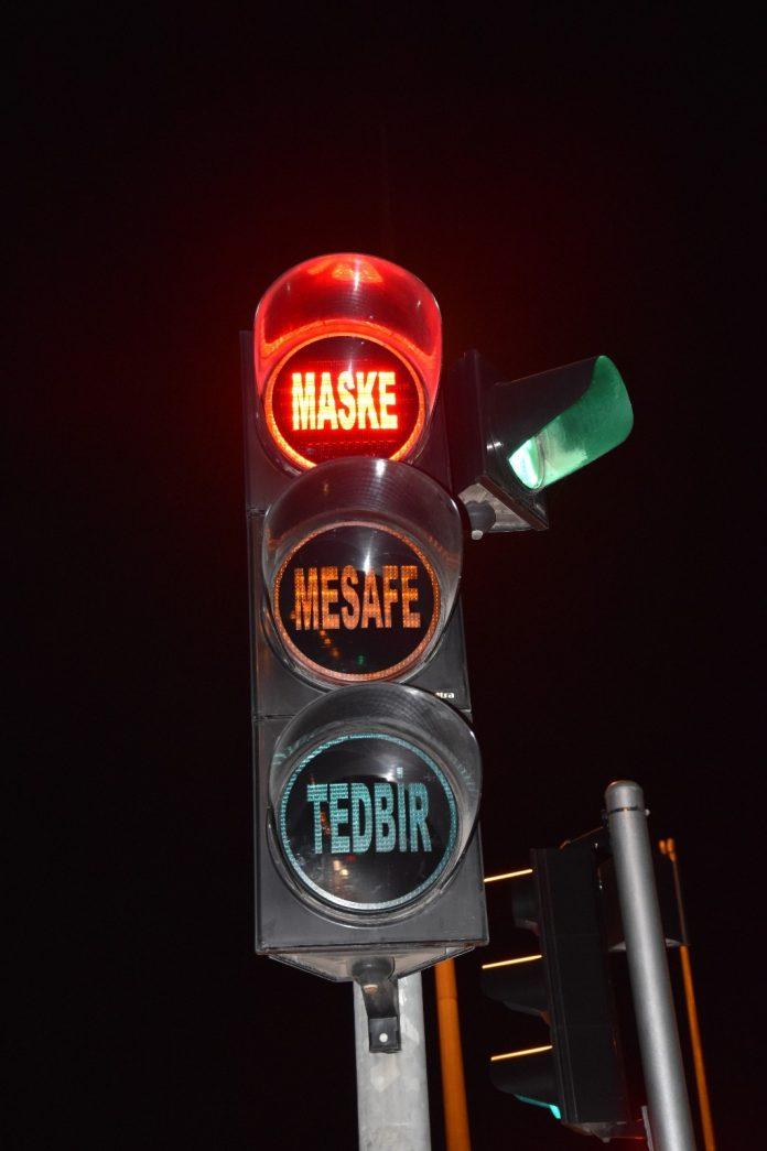 """Balıkesir Büyükşehir Belediyesi, içinde bulunduğumuz """"temkinli normalleşme"""" sürecinde vatandaşlarda fakındalık oluşturmak amacıyla trafik sinyalizasyon sisteminde bulunan trafik lambalarına; maske, mesafe ve tedbir yazdı."""